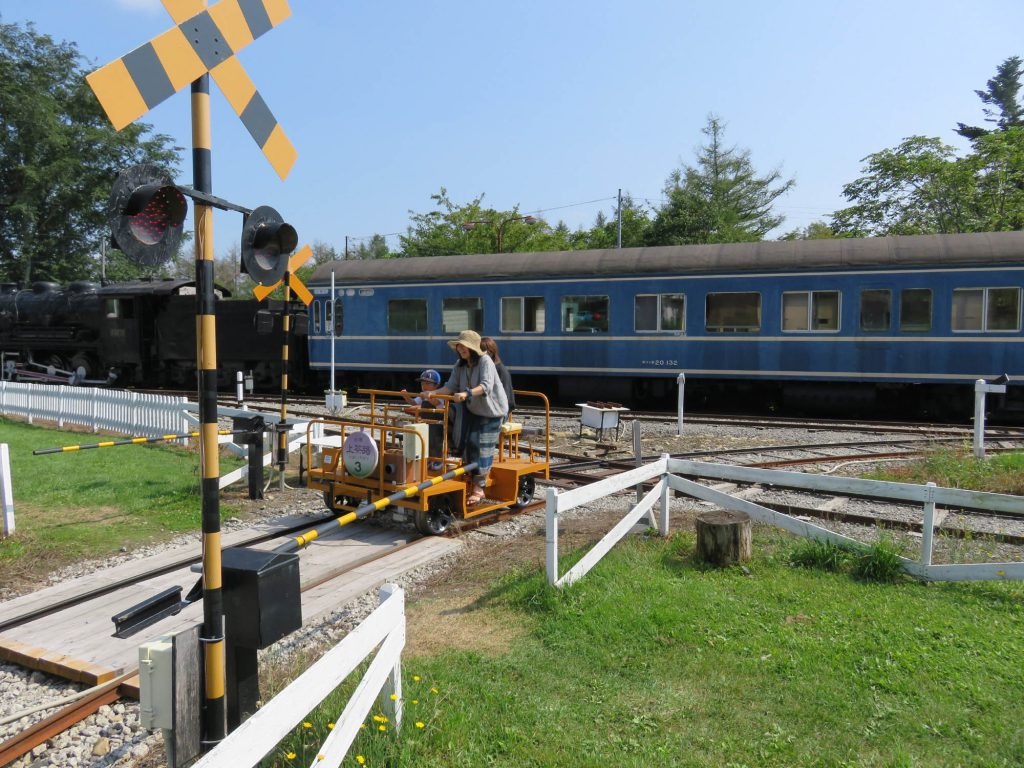 実際に遮断機も閉まる踏切/狩勝高原エコトロッコ鉄道(北海道新得町)