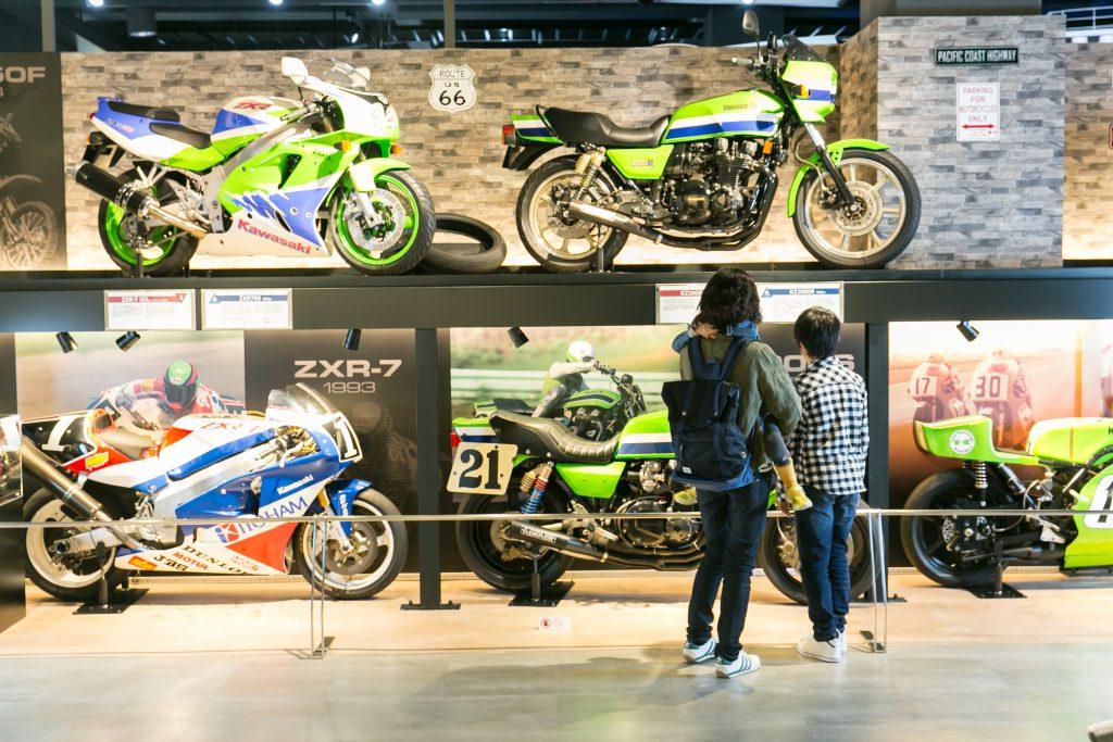 Kawasakiの歴代マシン、レース車などが並ぶ展示/カワサキワールド(兵庫県神戸市)